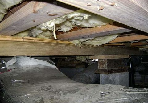 The open crawl space vent caused wood rot which caused sagging floors in this home.