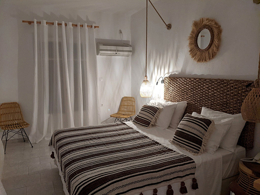 hotel-review-capetan-giorgantas-masai-room-adamas-milos-greece