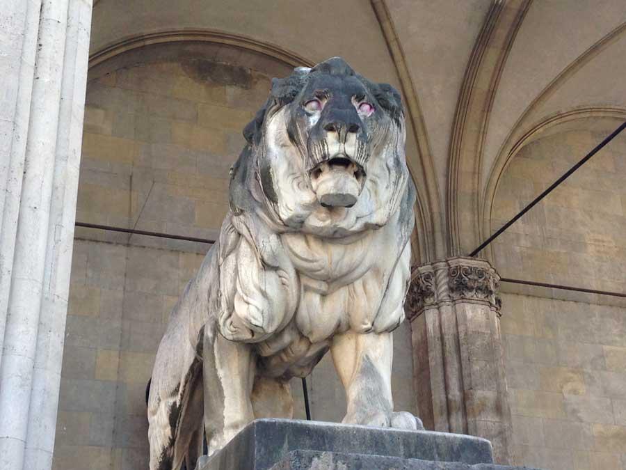 Lion statue at Odeonsplatz