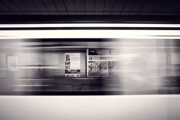 Tren en movimiento en estación