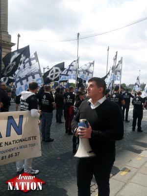 Alexandre Gabriac, mégaphone à la main pour lancer les slogans