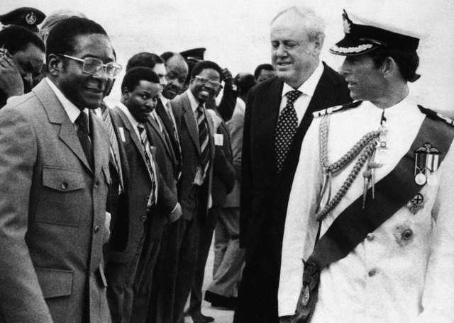 Le prince Charles (droite), le Premier ministre Robert Mugabe (gauche) et le gouverneur britannique Christopher Soames à Salisbury, le 17 avril 1980.