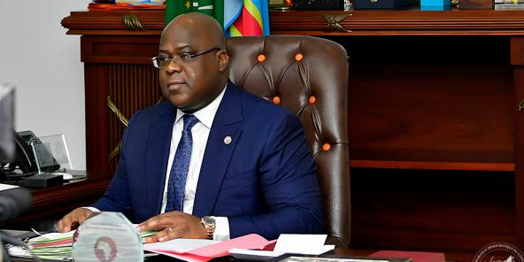 Le président congolais Félix Tshisekedi réajuste discrètement son premier cercle.