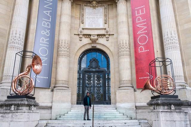 Deux sculptures du Congolais Sammy Baloji ornent la façade du Grand Palais située du côté de la station de métro Champs-Élysées-Clémenceau, à Paris.