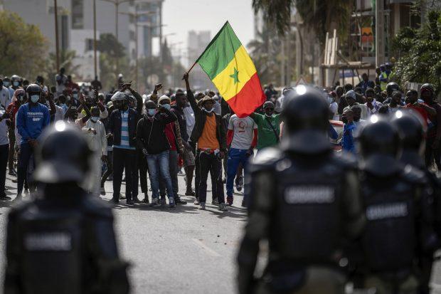 Un manifestant agite un drapeau sénégalais lors d'une manifestation de soutien à Ousmane Sonko, le 3 mars à Dakar.