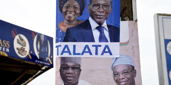 Des affiches de campagne du président sortant Patrice Talon et de sa colistière Mariam Talata (en haut) ainsi que celle de son opposant Corentin Kohoue et de son colistier Irenée Agossa (en bas) à Cotonou le 8 avril 2021.