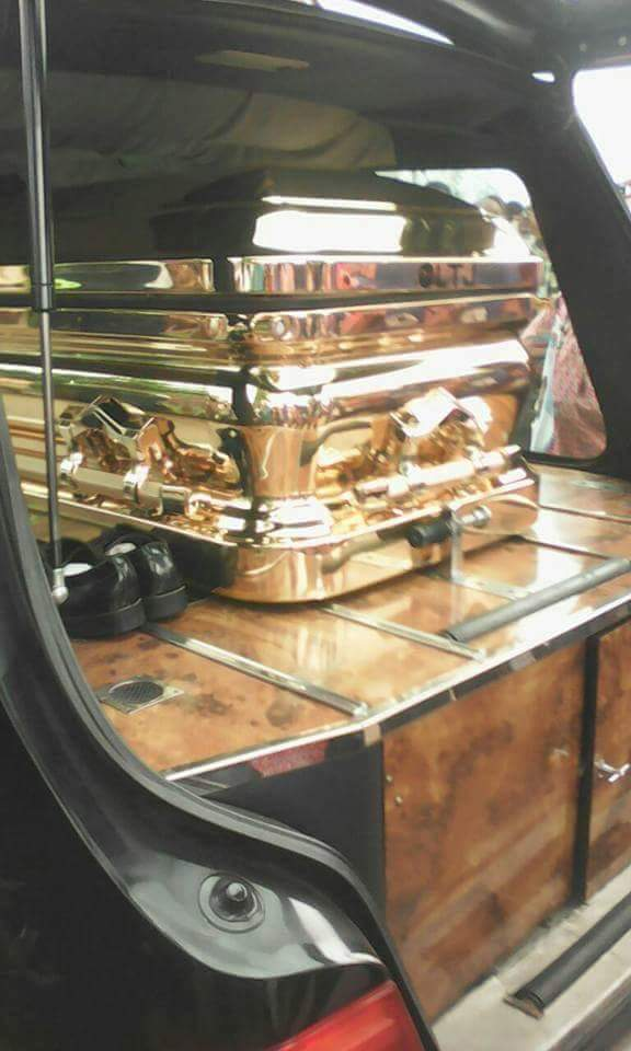 milliardaire-enterre-son-pere-avec-cerceuil-en-or-jewanda-4