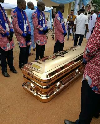 milliardaire-enterre-son-pere-avec-cerceuil-en-or-jewanda