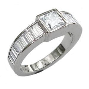 Platina ring med prinsess samt baguette slipade diamanter