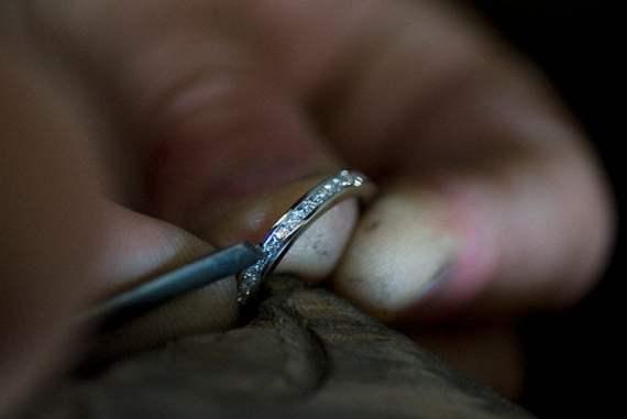 Ring i vitguld med prinsesslipade diamanter infattade i kanal.