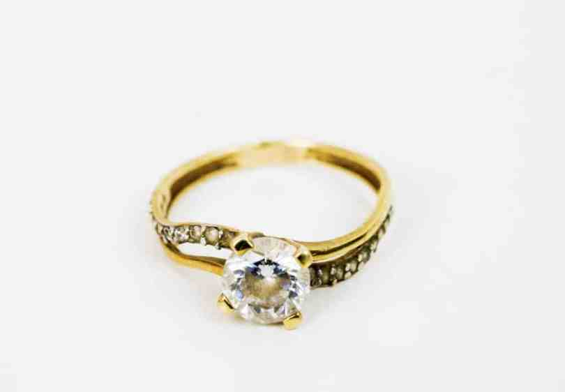 Solitaire round cut engagement ring