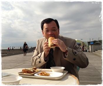 20121223フィッシュサンドを食べる平塚市長