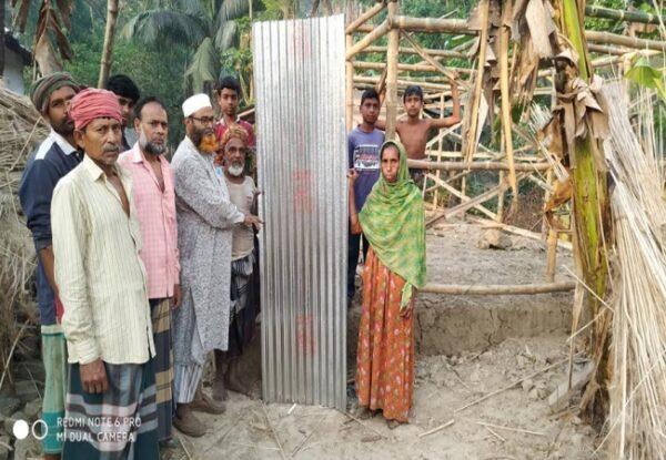 হত দরিদ্রকে টিন দিলেন কালীগঞ্জ সাবেক চেযারম্যান