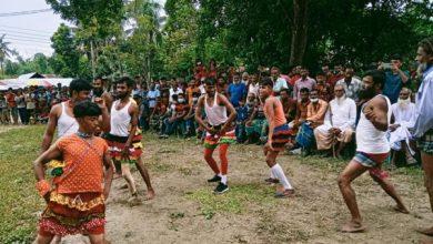 Photo of বাংলার ঐতিহ্য লাঠিখেলা দেখতে ঝিনাইদহে উপচেপড়া ভিড়