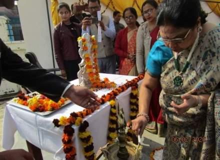 Garlanding and lamp lightening by Chief guest Smt Naina Jhunjhunwala