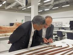 木材ラボにてタレック館長からツタンカーメンコレクションの杖に関する説明を受けるスリン氏