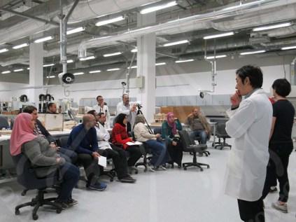 المتخصصون اليابانيون يلقون محاضرة حول كيفية استخدام أجهزة الفحص