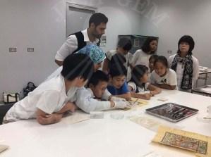 تشترك الاستاذة حسناء مع الطلاب في العمل
