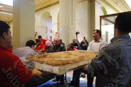 ツタンカーメン王のチュニックの梱包作業