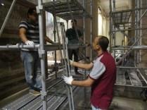 EMで足場を組み立てる壁画チームのエジプト人専門家
