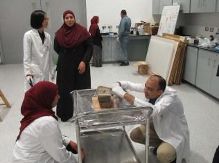 الفريق المصري والياباني يعملان على اختيار المواد المناسبة للترميم الأولى
