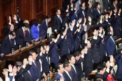 衆院解散で万歳する議員=2017年9月【時事通信社】