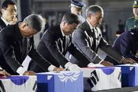 25日夜、ソウル近郊の空軍基地で開かれた朝鮮戦争勃発70年の式典に臨む韓国の文在寅大統領(中央)とハリス駐韓米大使(右)(韓国大統領府提供・時事)