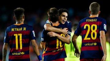 Gerard Gumbau i kamp mod Granada. Messi har lige scoret.