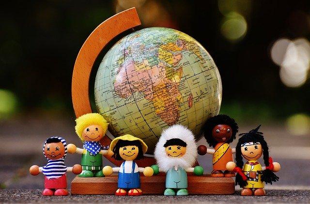 地球儀と子供の人形