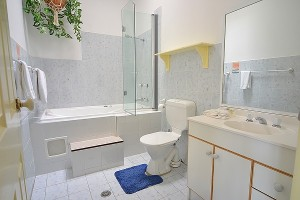 Twin Seasons 2 main bathroom