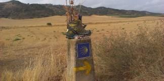 Svatojakubská bota, jíž poutník odhodil nyní slouží dalšímu účelu cestou do Compostely