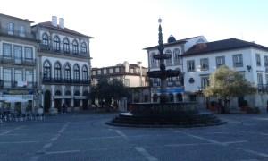 Náměstí Ponte de Lima na Svatojakubské poutní cestě v Portugalsku