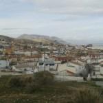 Výhled na město Baza vedle pohoří Sierra de Baza ve španělské Andalusii