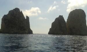 Proplouvání stojícími kameny na ostrově Capri v Itálii