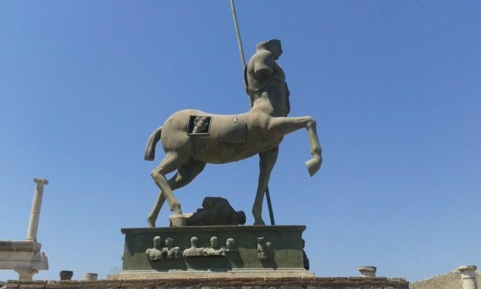 Socha ve městě Pompeje na hlavní třídě.