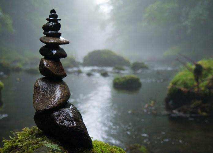 Kameny naskládané v říčním korytě značí stabilitu i v měnícím se prostředí. I ty se ale musí občas změnit