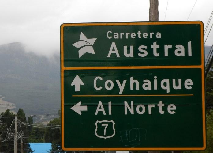 Cedule s nápisem Carretera Austral ve městě Coyhaique v Chile.