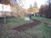 Záhon ve tvaru vlny nově vznikající zahrady.
