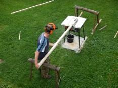 Dorovnání stavební řeziva z vlastního lesa na hranoly stavebního řeziva.