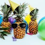 Narozeninový ananas, balónky, oslava, pohoda, čepičky