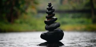 kameny, rovnováha, lokalizace, přesun pracovních míst mimo města, uklidnění, harmonie.