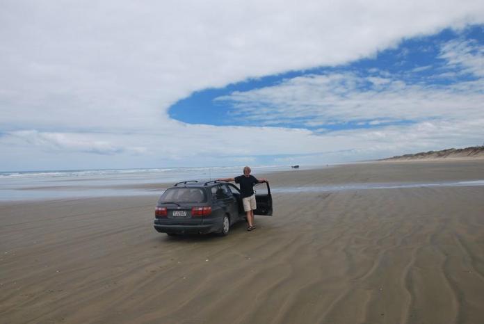 automobil. Nový Zéland, severní ostrov, Toyota, pláž, moře