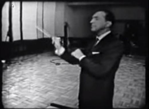 Percy Faith tijdens het dirigeren van Mucho Gusto