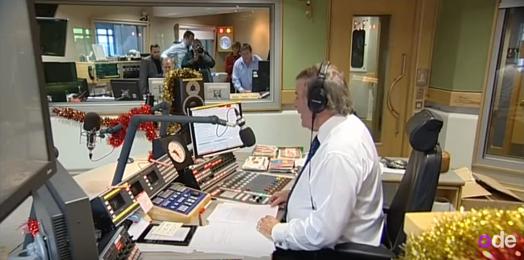 Terry Wogan tijdens zijn laatste ochtendshow op de Britse Radio 2 - still uit video Youtube