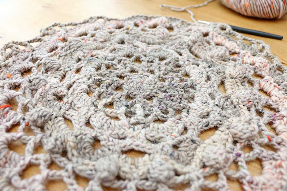 Haakpatroon-poef-doily-22-Lang-Yarn-West-Tweed