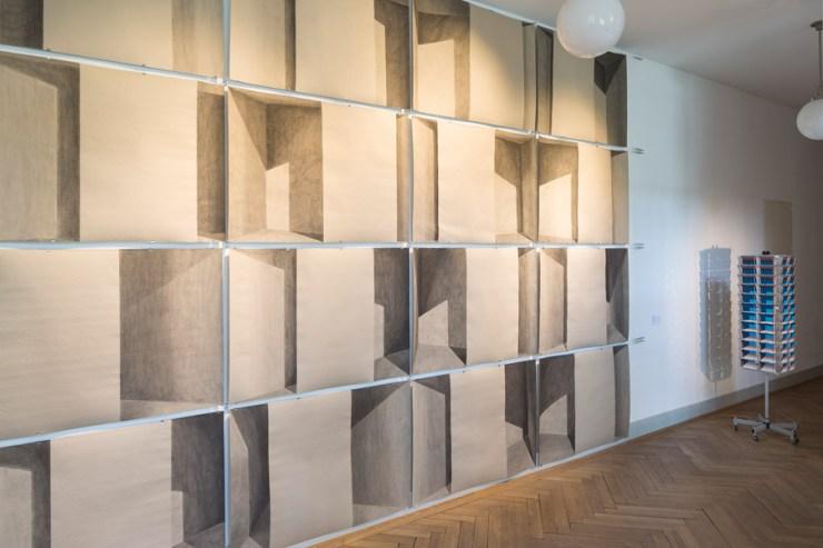 """Andreas Hofer: 16-teilige Arbeit, 2007, Einblick in die Ausstellung """"Der entfesselte Raum"""" im Gewerbemuseum Winterthur."""