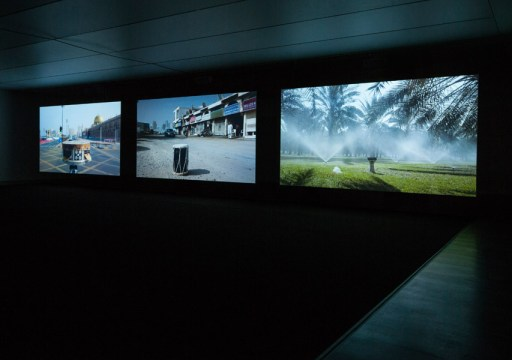 Nevin Aladag Session 2013 3-Kanal-Videoarbeit, HD-Video (Videostill) Ausstellungsansicht, Kunstmuseum Stuttgart, 2015 Foto: Frank Kleinbach © Nevin Aladag / VG Bild-Kunst, Bonn 2015