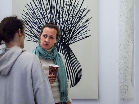 Astrid Koeppe beim Gespräch in der Ausstellung.