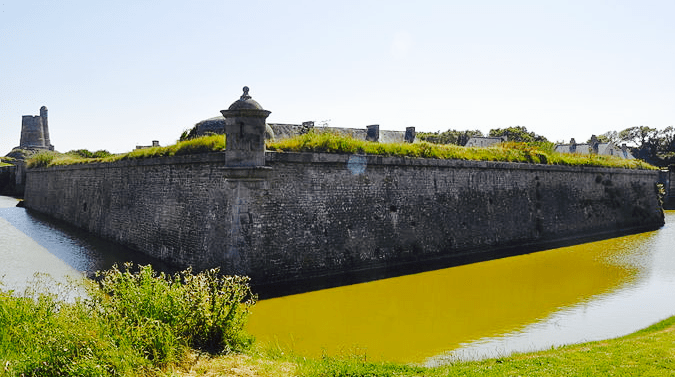 800px-Moats_of_fort_de_La_Hougue_chrome