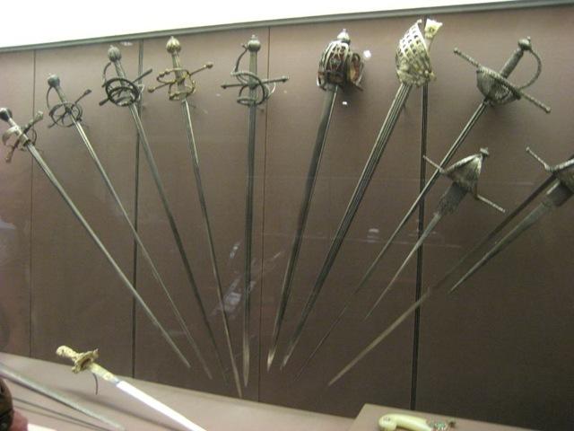 Varias roperas con diferentes guarniciones, más una espada de farol escocesa, una esclavona italiana y un par de dagas de vela.